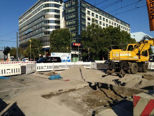 Um den etappenweisen Neubau der Gleise zu ermöglichen. Am Mittwoch waren die alten Gleise dort bereits komplett entfernt.
